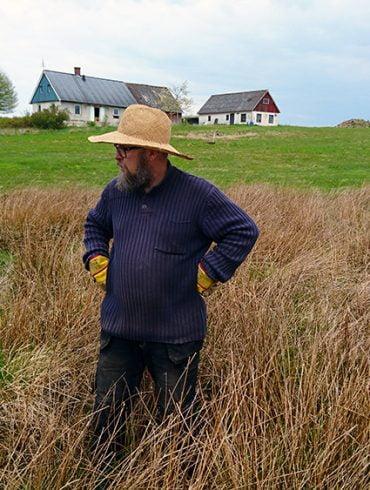 Planera en damm - här står Kristian och funderar
