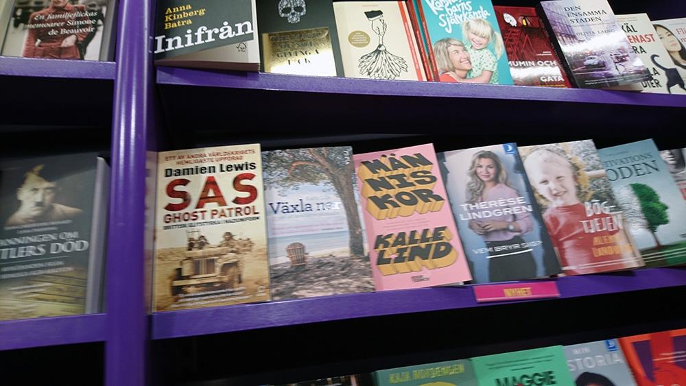 Växla ner i bokhyllan på Pocketshop på Stockholm C.