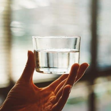 tillgång till rent vatten - man håller vattenglas